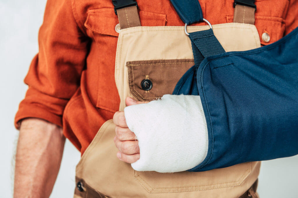 worker with arm in cast